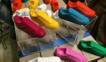 Πολλοί χρωματισμοί παπουτσιών.