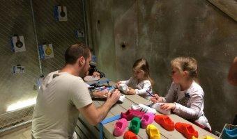 Ο Tommaso και παιδάκια βάφουν μαζί.
